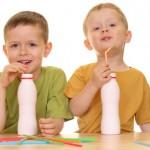 Deca piju jogurt